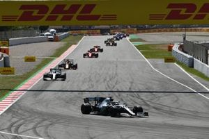 Lewis Hamilton, Mercedes AMG F1 W10, devant Valtteri Bottas, Mercedes AMG W10, et Max Verstappen, Red Bull Racing RB15