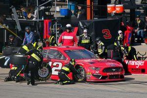 Ryan Blaney, Team Penske, Ford Mustang Menards/Wrangler Riggs pit stop