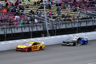 Joey Logano, Team Penske, Ford Mustang Shell Pennzoil and Aric Almirola, Stewart-Haas Racing, Ford Mustang Smithfield / Meijer