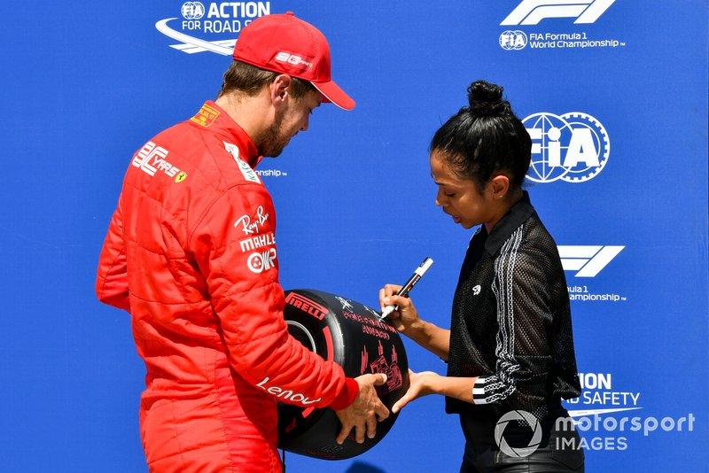Pole pozisyonu galibi Sebastian Vettel, Ferrari, Pirelli Pole Pozisyonu ödülünü Liza Koshy'den alıyor