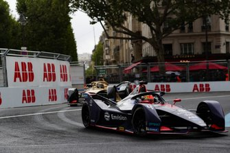 Robin Frijns, Envision Virgin Racing, Audi e-tron FE05, with a damaged front wing, Andre Lotterer, DS TECHEETAH, DS E-Tense FE19