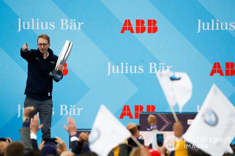 Sylvain Filippi, directeur, Virgin Racing, fête la victoire sur le podium
