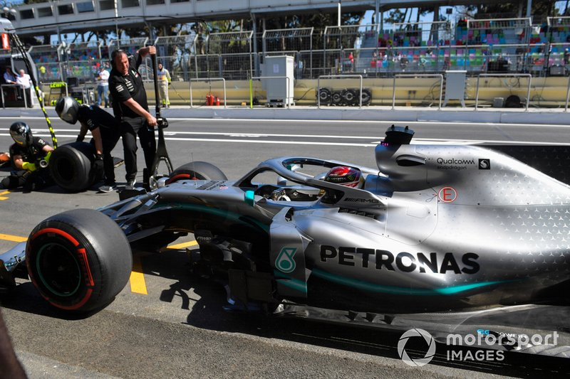 Lewis Hamilton, Mercedes AMG F1 W10, ai box durante le prove libere