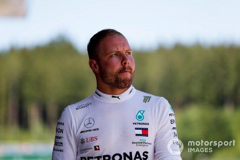 Valtteri Bottas, Mercedes AMG F1 camina por el pit lane después de su accidente