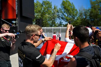 Kevin Magnussen, Haas F1 signs an autograph for fan