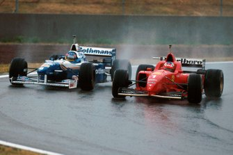 Le vainqueur Michael Schumacher, Ferrari, et Jacques Villeneuve, Williams