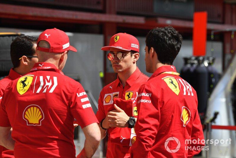 Charles Leclerc, Ferrari speaks con Jock Clear, Ferrari nella pit lane