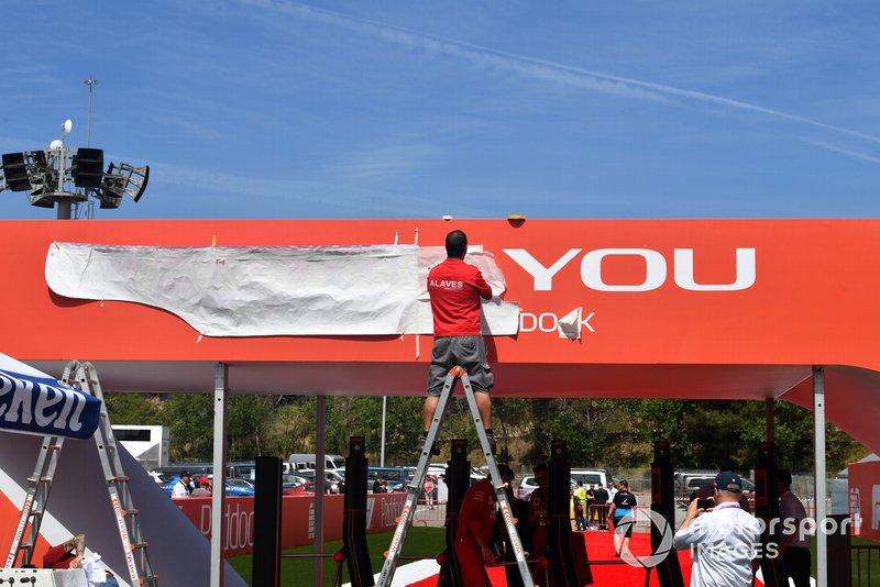 Trabajadores instalando marcas en el paddock