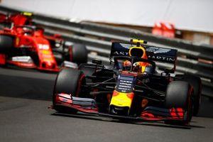 Pierre Gasly, Red Bull Racing RB15, devant Charles Leclerc, Ferrari SF90