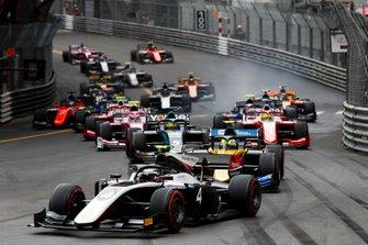 Nyck De Vries, ART Grand Prix precede Luca Ghiotto, UNI Virtuosi Racing all'inizio della gara