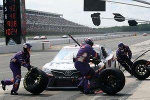 Denny Hamlin, Joe Gibbs Racing, Toyota Camry FedEx Office, makes a pit stop