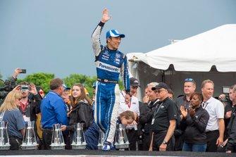 Takuma Sato, Rahal Letterman Lanigan Racing Honda, saluda a la multitud después de terminar en el tercer lugar