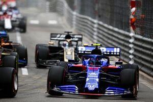 Alexander Albon, Toro Rosso STR14 at the start of the race