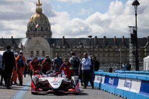 La voiture de Jérôme d'Ambrosio, Mahindra Racing, M5 Electro poussée dans les stands