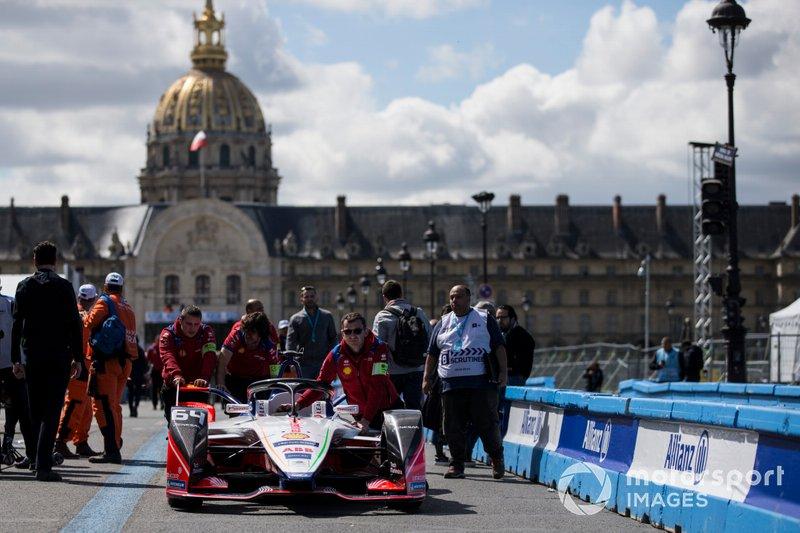 La monoposto di Jérôme d'Ambrosio, Mahindra Racing, M5 Electro, viene spinta lungo la pit lane