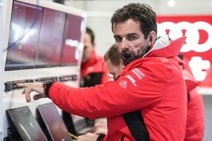 Un membre d'Audi Sport ABT Schaeffler dans le garage