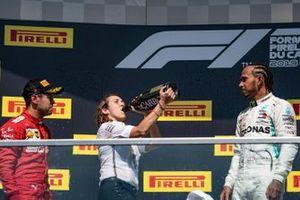 Sebastian Vettel, Ferrari, seconda posizione, il trofeo dei costruttori delegato alla Mercedes e Lewis Hamilton, Mercedes AMG F1, prima posizione, sul podio