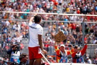 Lewis Hamilton, Mercedes AMG F1, salue la foule lors de la parade des pilotes