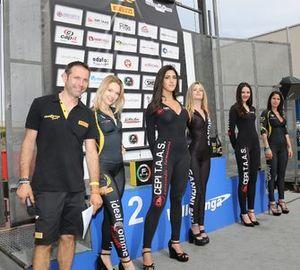Grid girl davanti al podio