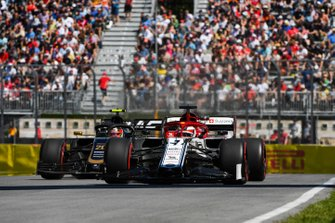 Kimi Raikkonen, Alfa Romeo Racing C38, precede Kevin Magnussen, Haas VF-19
