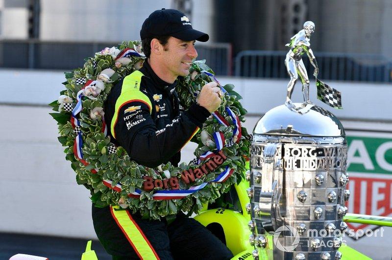 Simon Pagenaud, Team Penske Chevrolet con el trofeo Borg-Warner