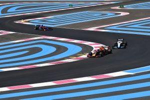 Pierre Gasly, Red Bull Racing RB15, voor Robert Kubica, Williams FW42, en Daniil Kvyat, Toro Rosso STR14
