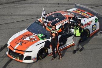 Yarış galibi Chase Elliott, Hendrick Motorsports, Chevrolet Camaro Mountain Dew / Little Caesar's