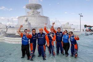 Scott Dixon, Chip Ganassi Racing Honda celebrates with his crew in the Scott fountain