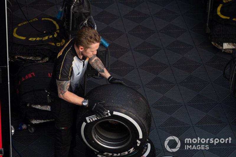 Técnicos pirelli trabajan en algunos neumáticos