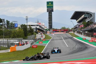 Romain Grosjean, Haas F1 Team VF-19, leads Robert Kubica, Williams FW42