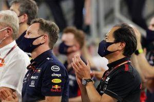 Helmut Marko, Consultant, Red Bull Racing, Christian Horner, Team Principal, Red Bull Racing, et Toyoharu Tanabe, Directeur Technique F1 Honda, applaudissent leur pilotes
