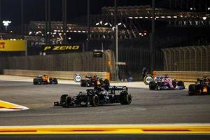 Lewis Hamilton, Mercedes F1 W11, Max Verstappen, Red Bull Racing RB16, Sergio Perez, Racing Point RP20, en Alex Albon, Red Bull Racing RB16