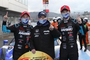 山本尚貴 Naoki Yamamoto、牧野任祐 Tadasuke Makino、高橋国光総監督(#100 RAYBRIG NSX-GT)