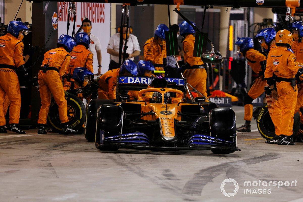 Lando Norris, McLaren MCL35, lascia i box dopo il pitstop