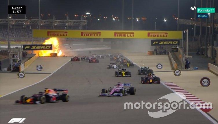 L'esplosione causata dall'impatto della Haas di Romain Grosjean contro le barriere