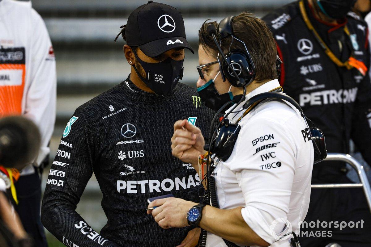 Lewis Hamilton, Mercedes-AMG F1, y Andrew Shovlin, Ingeniero Jefe de Carreras, Mercedes AMG, en la parrilla