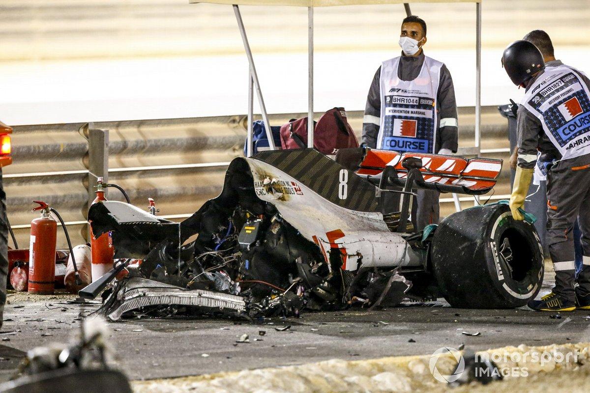 Los restos quemados del monoplaza de Romain Grosjean, Haas VF-20 y la barrera dañada