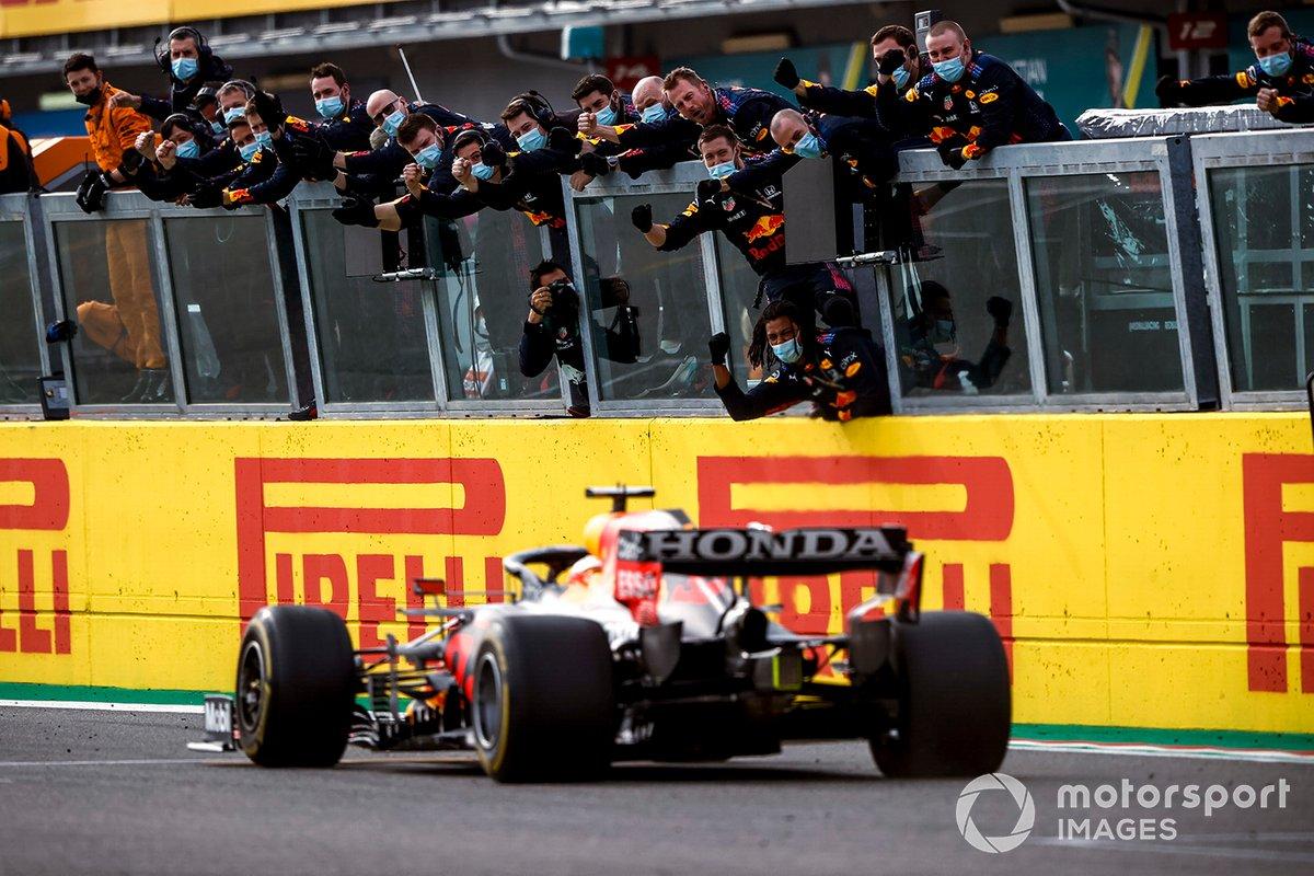 El ganador de la carrera, Max Verstappen, RB16B de Red Bull Racing cruza la línea de meta con su equipo celebrando