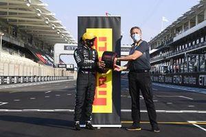 Lewis Hamilton, Mercedes-AMG F1 recevies the Pirelli Poleman award from Mario Isola, Racing Manager, Pirelli Motorsport