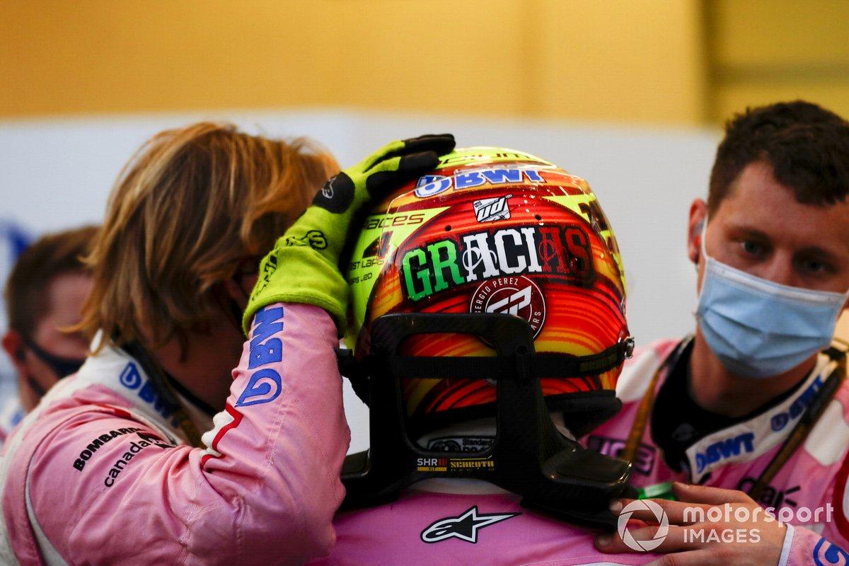 Sergio Pérez, de Racing Point, con sus mecánicos después de retirarse de la carrera