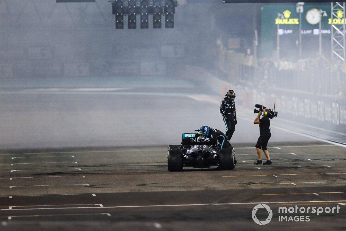 Lewis Hamilton, Mercedes-AMG F1, 3ª posición, en la parrilla después de los donuts de fin de carrera