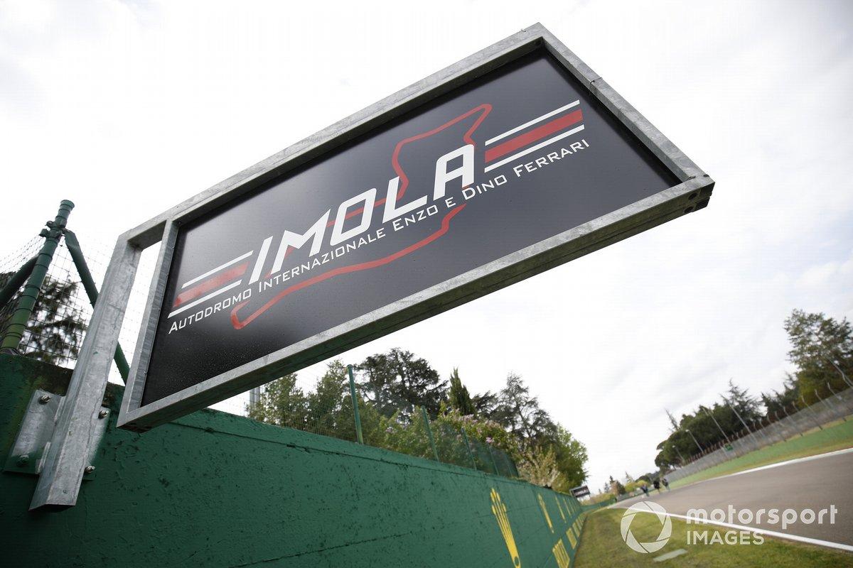 Carteles en el circuito de Imola