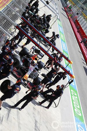 Max Verstappen, Red Bull Racing RB16B, in de pits