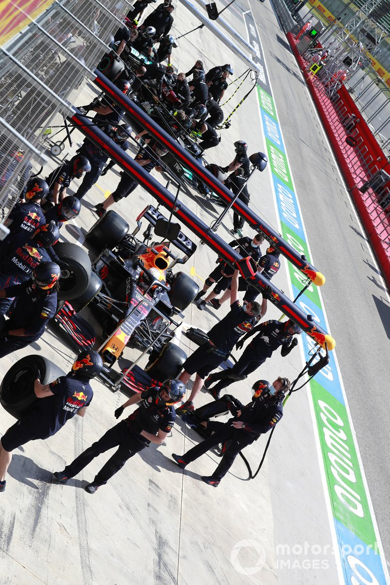 Max Verstappen, Red Bull Racing RB16B, en pits