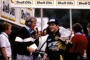 Brian Jones, le commentateur de Brands Hatch interview le deuxième Ayrton Senna, Lotus sur le podium