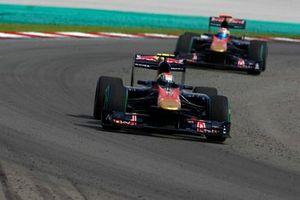 Jaime Alguersuari, Toro Rosso STR5, devance Sebastien Buemi, Toro Rosso STR5