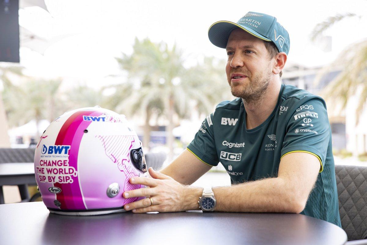 Sebastian Vettel, Aston Martin, con su casco rosa para 2021