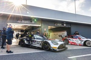 #888 Mercedes-AMG GT3 Evo: Prince Jefri Ibrahim, Jamie Whincup, #4 Porsche 911 GT3 R: Stephen Grove, Brenton Grove
