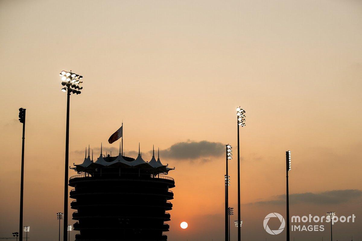 Башня управления гонкой на трассе в Сахире