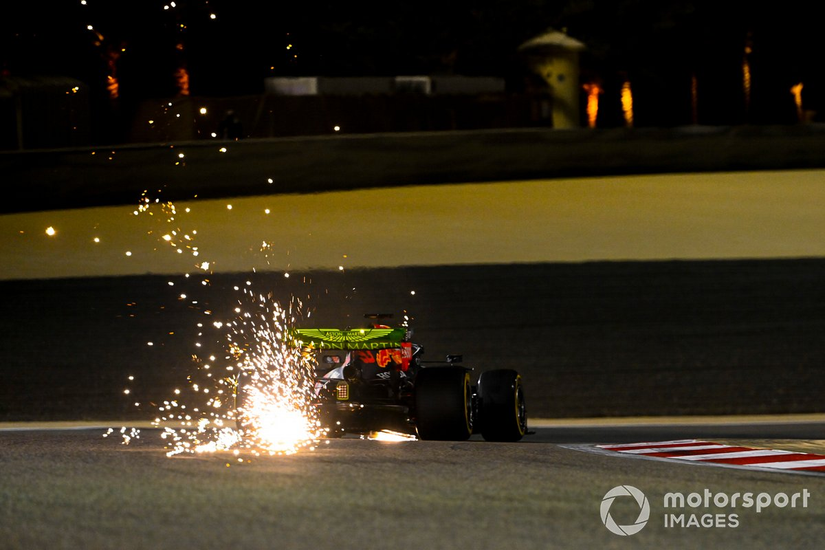 Scintille generate dall'auto di Max Verstappen, Red Bull Racing RB16